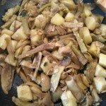 Padella di carciofi e patate in cottura